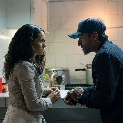 "TRIPLE FRONTIER (2019) - pictured L-R: Adria Arjona (""Yovanna"") and Oscar Isaac (""Pope"") Photo by Melinda Sue Gordon / Courtesy of Netflix TF_DAY51-0305.RAF"