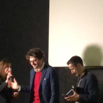 Il Sindaco di Vasto, Francesco Menna, consegna la targa onoraria al regista Alessandro Di Gregorio